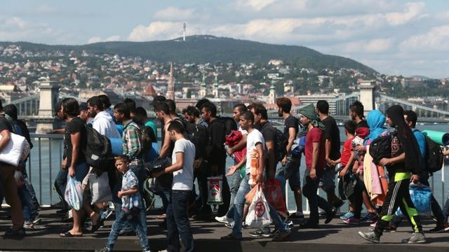 Plus d'un millier de migrants quittent à pied la zone de transit de la gare principale de Budapest pour rejoindre la frontière autrichienne, le 4 Septembre 2015 [Ferenc Isza / AFP]