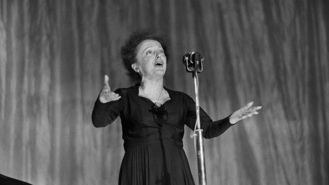 Edith Piaf sur la scène de l'Olympia, le 30 décembre 1960 à Paris [STF / AFP/Archives]