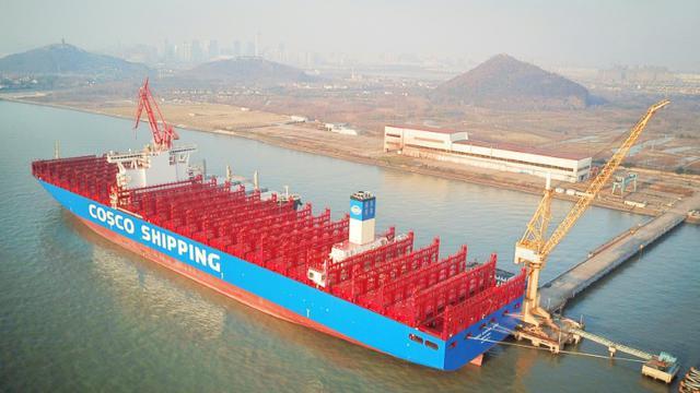 Vue aérienne d'un porte-conteneur chinois de 20.000 EVP (equivalents vingt pieds), à Nantong (province du Jiangsu), le 16 janvier 2018    [- / AFP]
