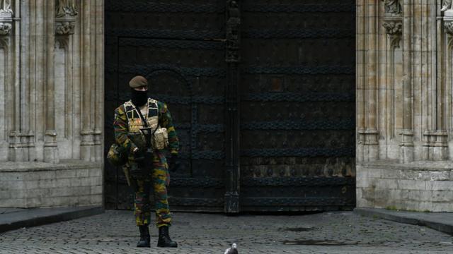 Un soldat belge sur la Grand Place de Bruxelles, le 22 novembre 2015 [JOHN THYS / AFP]