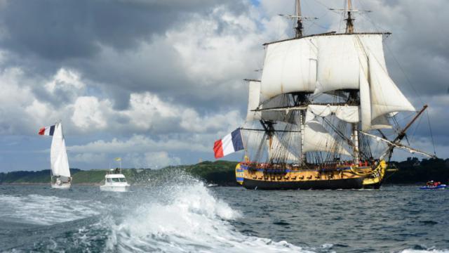 L'Hermione, réplique du trois-mâts de La Fayette, le 13 juillet dans le port de Brest [FRED TANNEAU / AFP]