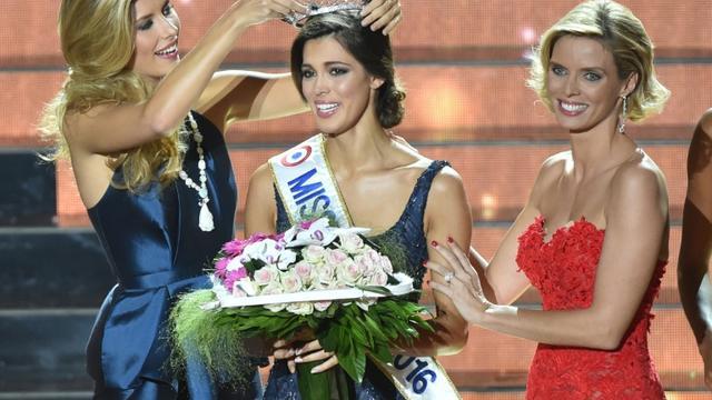 Miss Nord Pas de Calais Iris Mittenaere couronnée Miss France 2016 par Miss France 2015 Camille Cerf, le 19 décembre 2015 à Lille [PHILIPPE HUGUEN / AFP]