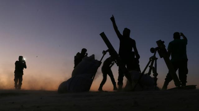 Des combattants de l'Armée libre syrienne combattent les jihadistes de l'EI à la périphérie de Dabiq, le 15 octobre 2016 en Syrie [Nazeer al-Khatib / AFP]