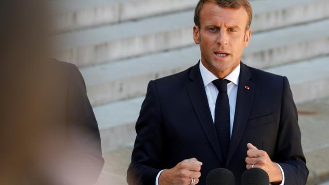 Le président français Emmanuel Macron s'adresse à la presse devant l'Elysée, le 22 août 2019. [GEOFFROY VAN DER HASSELT / AFP]