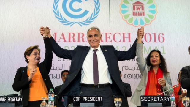 Le président de la COP22, Salaheddine Mezouar (c), la secrétaire exécutive Patricka Espinosa (g) et la secrétaire de la COP22, lors d'une conférence de presse, le 17 novembre 2016 à Marrakech, au Maroc [FADEL SENNA / AFP]