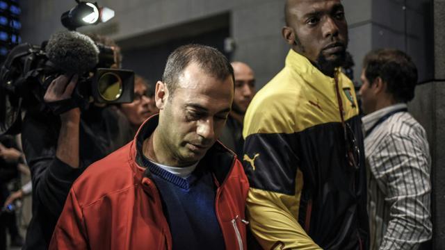 Le frère de Kevin Moussabi et le père de Sofiane Tadbirt, lynchés à mort en 2012,  à leur arrivée le 2 novembre 2015 au tribunal de Grenoble [JEFF PACHOUD / AFP]