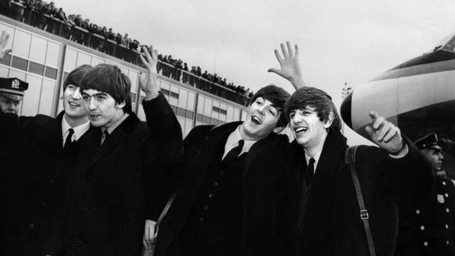 John Lennon, Ringo Starr, Paul McCartney  George Harrison, à leur arrivée le 7 février 1964 à l'aéroport  John F. Kennedy à New York  [ / AFP/Archives]