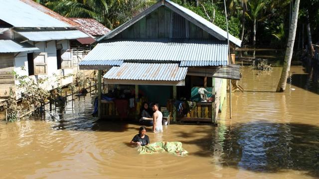 Des habitants de Bengkulu en Indonésie dans leur maison inondée par les suites des pluies torrentielles qui ont touché l'archipel, le 29 avril 2019 [DIVA MARHA / AFP]