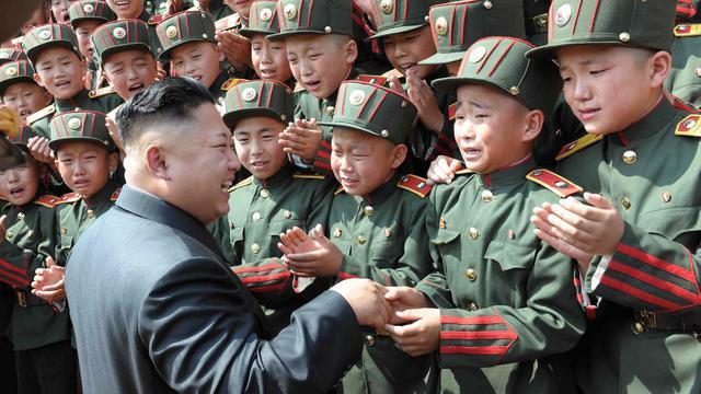 Photo diffusée en juin 2014 par l'agence officielle nord-coréenne de son leader Kim Jong-Un en visite dans une école de Pyongyang [ / Kcna/AFP]