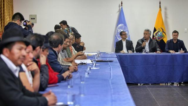 Le président équatorien Lenin Moreno (micro en main) s'adresse aux leaders indigènes à Quito, le 13 octobre 2019 [Cristina VEGA / AFP]
