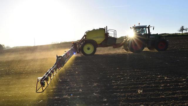 Un agriculteur déverse des pesticides sur ses terres, à Piace (Sarthe), le 11 mai 2018.