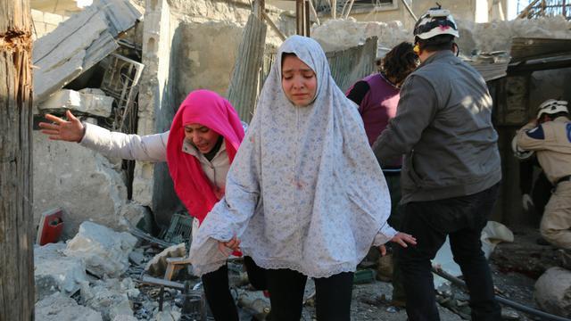 Des jeunes filles prennent la fuite après un bombardement dans un quartier rebelle d'Alep.