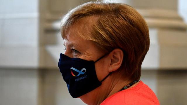La chancelière allemande Angela Merkel porte un masque avec le logo de la présidence allemande de l'UE, après un discours le 3 juillet 2020, à Berlin.