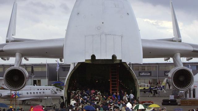 Vid o le plus gros avion du monde fait escale en suisse - Quel est le plus grand porte avion du monde ...
