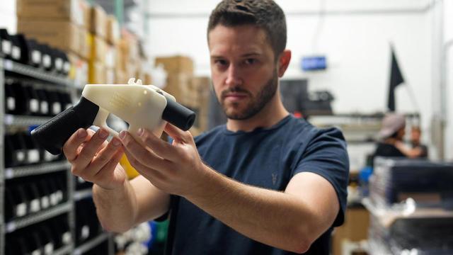 Cody Wilson présente un pistolet créé avec une imprimante 3D dans son usine d'Austin, au Texas, le 1er août 2018.