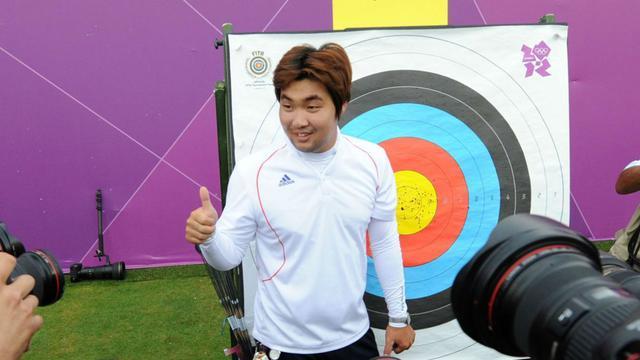 L'archer sud-coréen Im Dong Hyun pose après avoir signé le premier record du monde des JO de Londres
