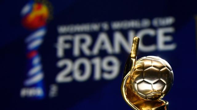 Le trophée du Mondial 2019 exposé lors du tirage au sort à Boulogne-Billancourt le 8 décembre 2018 [FRANCK FIFE / AFP]