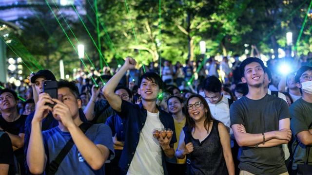 """Des manifestants rassemblés pour un """"spectacle laser"""", le 7 août 2019 à Hong Kong [Philip FONG / AFP]"""