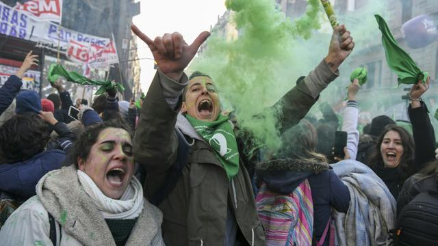 Des militantes pro-avortement manifestent leur joie après l'adoption par le Parlement argentin du projet de loi légalisant l'avortement, le 14 juin 2018 à Buenos Aires   [EITAN ABRAMOVICH / AFP]