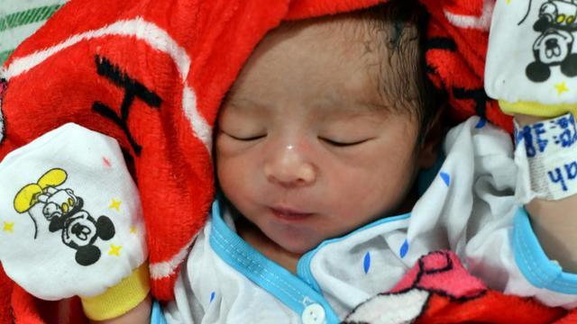 Un nouveau-né le 6 octobre 2018 sur un navire-hôpital dans le port de Palu, à Pantoloan, après le séisme doublé d'un tsunami qui a frappé la ville [ADEK BERRY / AFP]