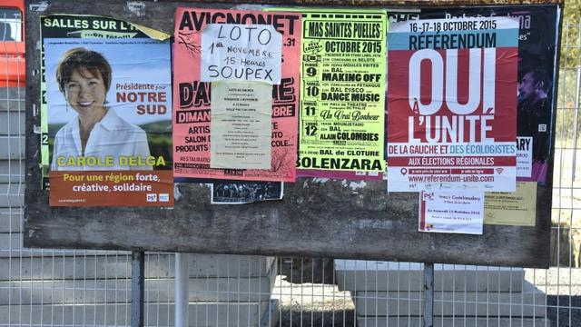 Affiche électorale de Carole Delga (G) sur les panneaux de campagne le 2 novembre 2015 à Toulouse [PASCAL PAVANI / AFP/Archives]