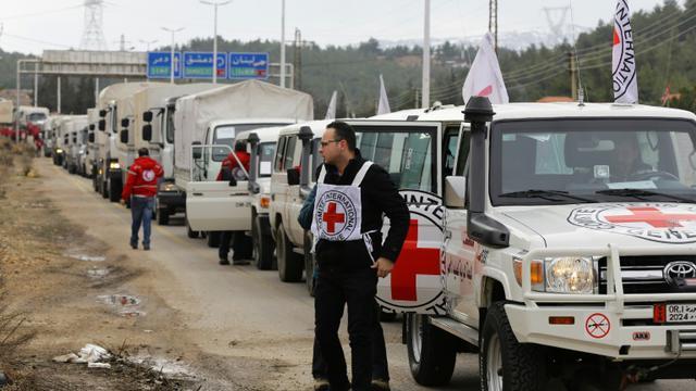 Un convoi d'aide humanitaire de la Croix Rouge aux portes de Madaya en Syrie, le 11 janvier 2015 [LOUAI BESHARA / AFP]