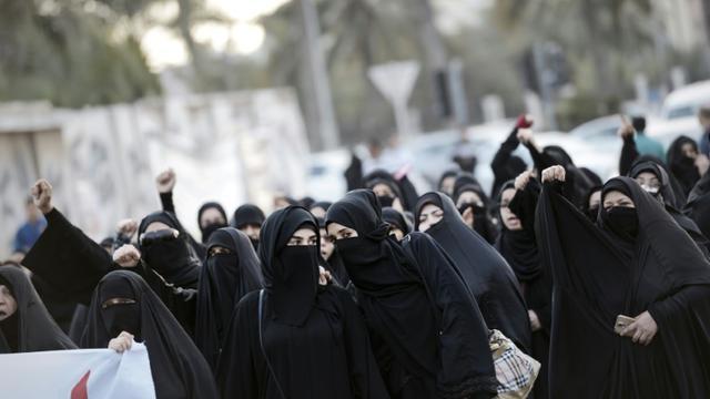 Des femmes de Bahrein manifestent le 2 janvier 2016 à Manama après l'exécution par l'Arabie saoudite d'un dignitaire chiite [Mohammed al-Shaikh / AFP]