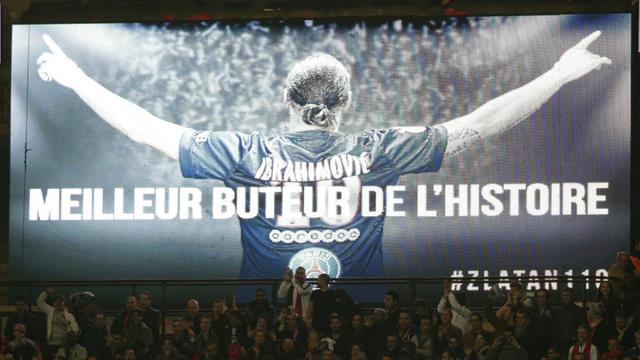 Hommage à Zlatan Ibrahimovic au Parc des Princes, nouveau meilleur buteur de l'histoire du PSG, lors du match contre l'OM le 4 octobre 2015 [KENZO TRIBOUILLARD / AFP]