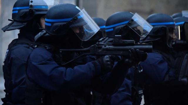"""Des policiers munis d'un LBD40 lors d'une manifestation de """"gilets jaunes"""" à Bordeaux le 15 décembre 2018 [GEORGES GOBET / AFP]"""