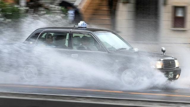 Un taxi dans une rue de Tokyo à l'approche du typhon Hagibis, le 12 octobre 2019 [William WEST / AFP]