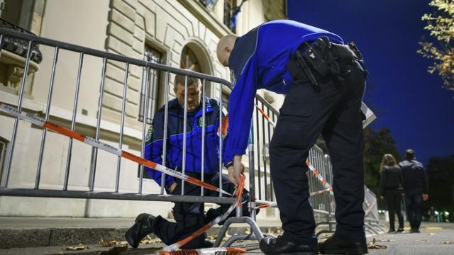 Des policiers installent des barrières devant le Consulat de France à Genève, le 14 novembre 2015 [FABRICE COFFRINI / AFP/Archives]