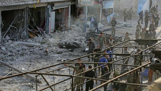 Des combattants syriens soutenus par Ankara inspectent les lieux d'une explosion d'une voiture piégée, à Tal Abyad, dans le nord de la Syrie, le 2 novembre 2019 [Bakr ALKASEM / AFP]