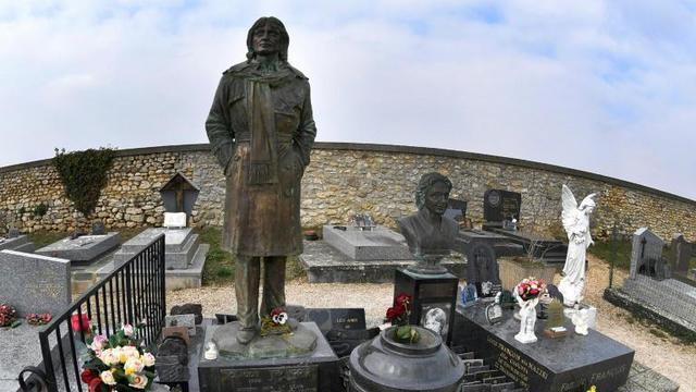 La tombe de Claude François au cimetière de Dannemois (le 27 février 2018) en Essonne, passage obligé des fans à l'occasion du 40è anniversaire de la mort du chanteur. [GERARD JULIEN / AFP/Archives]