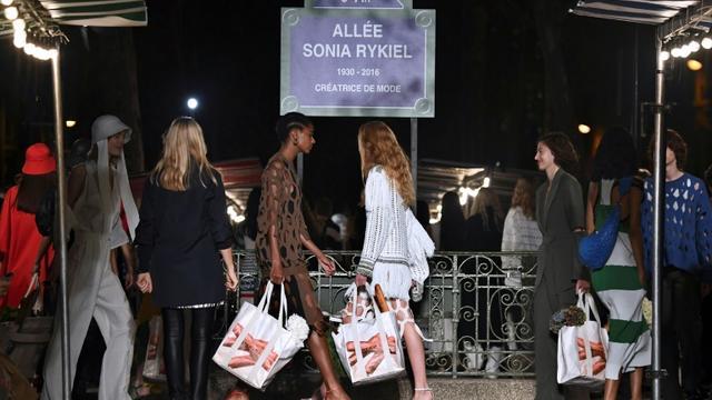 Des mannequins défilent pour la collection de prêt-à-porter Printemps-Eté 2019, le 29 septembre 2018 à Paris [Anne-Christine POUJOULAT             / AFP/Archives]