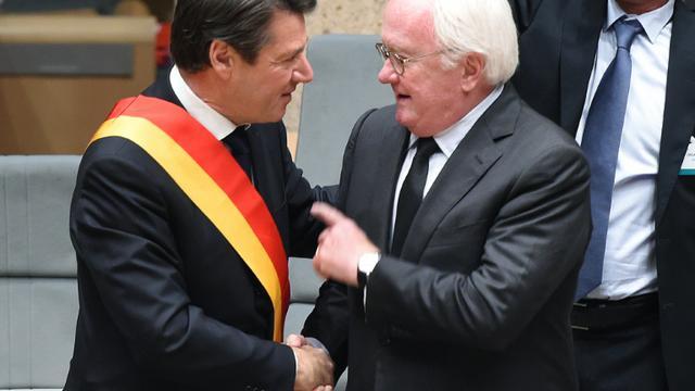 Christian Estrosi et le président sortant Michel Vauzelle lors de l'élection du président du Conseil régional PACA, le 18 décembre 2015 à Marseille [BORIS HORVAT / AFP]