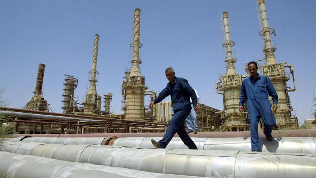 Des ouvriers dans la raffinerie de Baïji, la plus importante d'Irak, à 200 km au nord de Bagdad, le 25 mai 2003 [Karim Sahib / AFP/Archives]