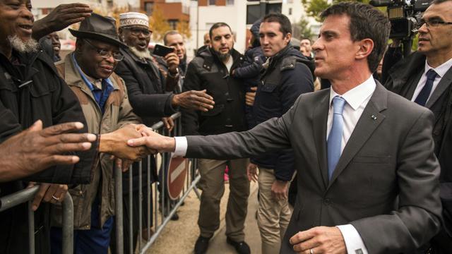 Le Premier ministre Manuel Valls en visite le 26 octobre 2015 dans le quartier de la Vigne Blanche aux Mureaux [LIONEL BONAVENTURE / AFP]