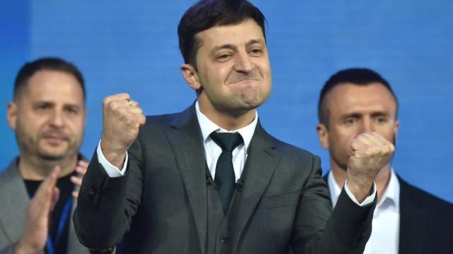 Le comédien Volodymyr Zelensky, candidat à la présidentielle en Ukraine, lors d'un débat avec le président sortant Petro Porochenko, au stade Olimpiïski à Kiev, le 19 avril 2019 [Sergei SUPINSKY / AFP]