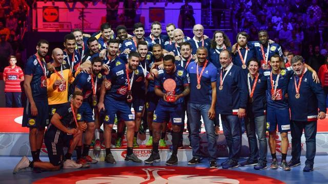L'équipe de France et son entraîneur Didier Dinart médaillés de bronze à l'Euro 2018, à Zagreb, le 28 janvier [Andrej ISAKOVIC / AFP/Archives]