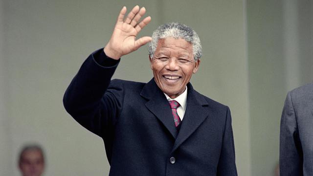 Nelson Mandela, héros de la lutte anti-apartheid et leader du l'ANC devant l'Elysée, à Paris, le 7 juin 1990, où il retrouvera le président François Mitterrand [Michel Clement, Daniel Janin / AFP/Archives]