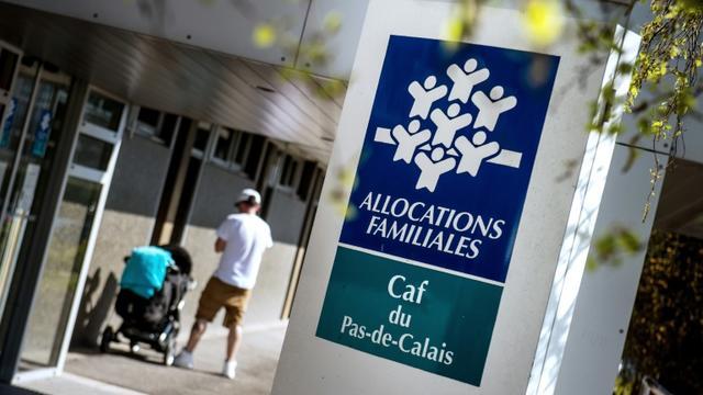 Priver des parents étrangers d'allocations pour leurs enfants venus en France en dehors de la procédure de regroupement familial n'est pas discriminatoire, a tranché la Cour européenne des droits de l'Homme [Philippe Huguen / AFP/Archives]