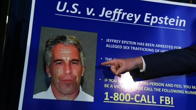 Portrait de Jeffrey Epstein projeté lors d'une conférence de presse du procureur fédéral de Manhattan, Geoffrey Berman, à New York le 8 juillet 2019 [STEPHANIE KEITH / GETTY IMAGES NORTH AMERICA/AFP/Archives]