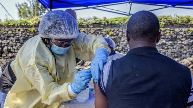 Un homme se fait vacciner contre Ebola dans un centre à Goma, le 15 juillet 2019 [Pamela TULIZO / AFP/Archives]