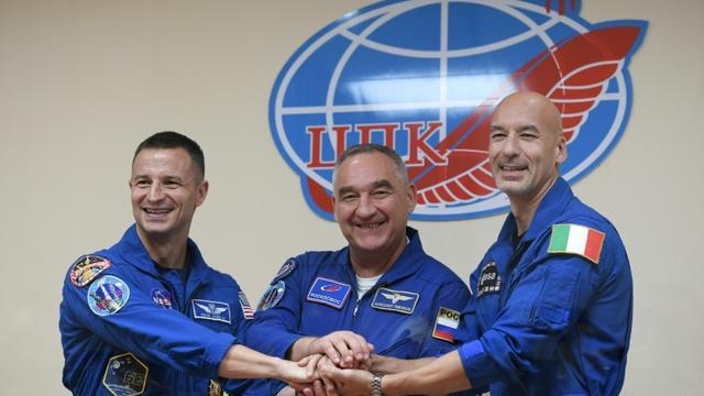 L'astronaute américain de la NASA Andrew Morgan, le cosmonaute russe Alexander Skvortsov et l'astronaute italien Luca Parmitano de l'Agence spatiale européenne (ESA), après une conférence de presse au cosmodrome de Baïkonour au Kazakhstan le 19 juillet 2019 [Kirill KUDRYAVTSEV / AFP]