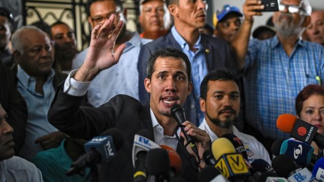 L'opposant vénézuélien Juan Guaido (c) lors d'une conférence de presse, le 5 mars 2019 à Caracas [Federico PARRA / AFP]