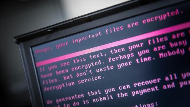 Un ordinateur portable infecté par un rançongiciel dans le cadre d'une cyberattaque mondiale, en juin 2017  [Rob Engelaar / ANP/AFP/Archives]