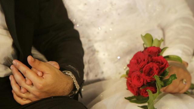 Un couple se tenant par la main lors de ses noces à Saïda, dans le sud du Liban, le 30 septembre 2010 [Joseph Eid / AFP/Archives]