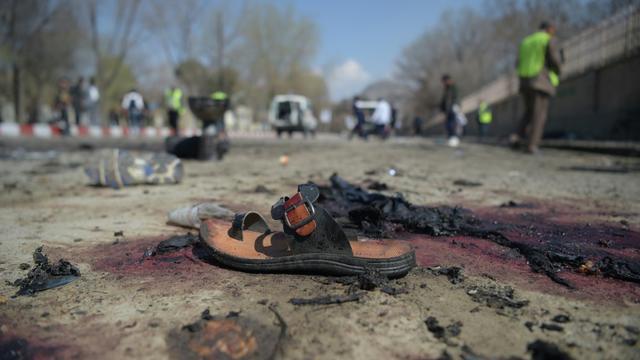 Une sandale sur le site d'un attentat-suicide meurtrier devant l'Université de Kaboul, le 21 mars 2018  [SHAH MARAI / AFP/Archives]