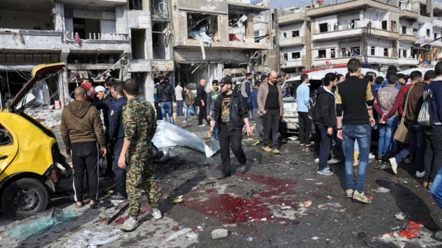 Le site du double attentat à la voiture piégée dans la banlieue de Homs, le 21 février 2016. [STRINGER / AFP]