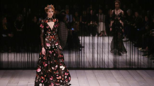 Des mannequins défilent pour Alexander McQueen à la Fashion Week de Londres, le 21 janvier 2016  [JUSTIN TALLIS / AFP]